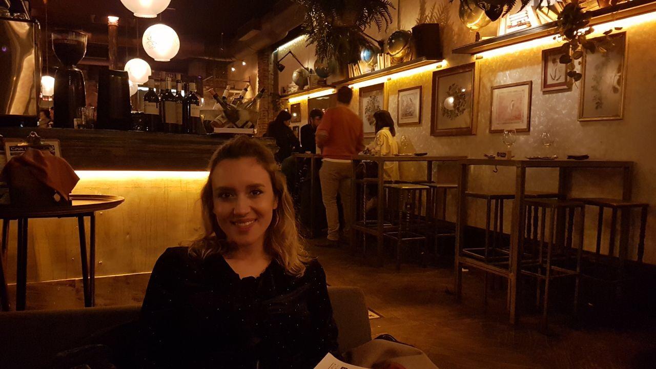 Having dinner at Lola 09