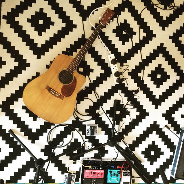 Knee deep in weekend rehearsing and trying to revamp my live show. With this coming weeks' Tarifa show, gonna use my smaller rig (but with a bit of a modification) as I've still got a lot of work to put in with the new rig to get up to scratch 🤪 🎧 🎬 🎸 🕹 #rehearsal #singersongwriter #loopstation #martinguitar #strymon #boss #strymonbluesky #bossrc30 #liverig