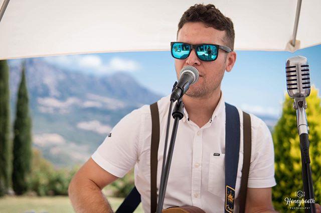 Cocktail hour up in the Serranía de Ronda 🌴 🎤 🎶 🎸 #singer #musician #singerguitarist #weddingsinger #serraniaderonda #gaucin #wedding #privateevent #posadaromana #eventprofs #boses1 #boses1pro #livemusic #soloartist #gig #sm58 #weddingparty #drinksreception #cocktailhour #gibraltarwedding #spainwedding #andaluciawedding  #martinguitar