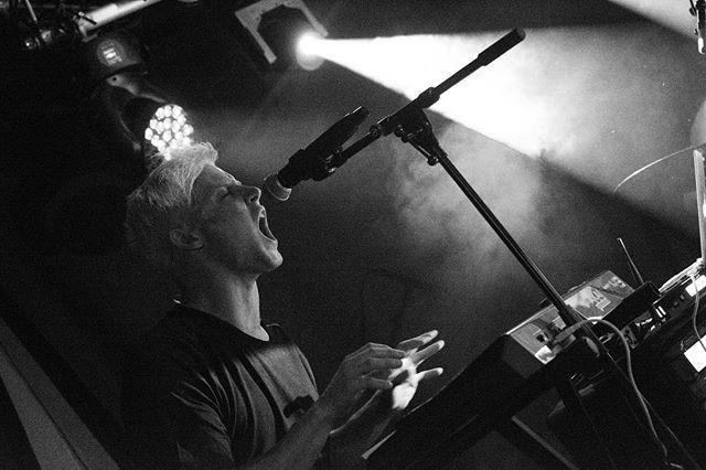 Tusen takk til @hvaskjertorshov, @7daysinalaska og alle som kom på torsdag for en fantastisk kveld! 📸: Ulvar Gansum  #live #concert #akai #keyboard #shure #singing #vocals #konsert #hvaskjer #7daysinalaska #rock #music #microphone #fixation
