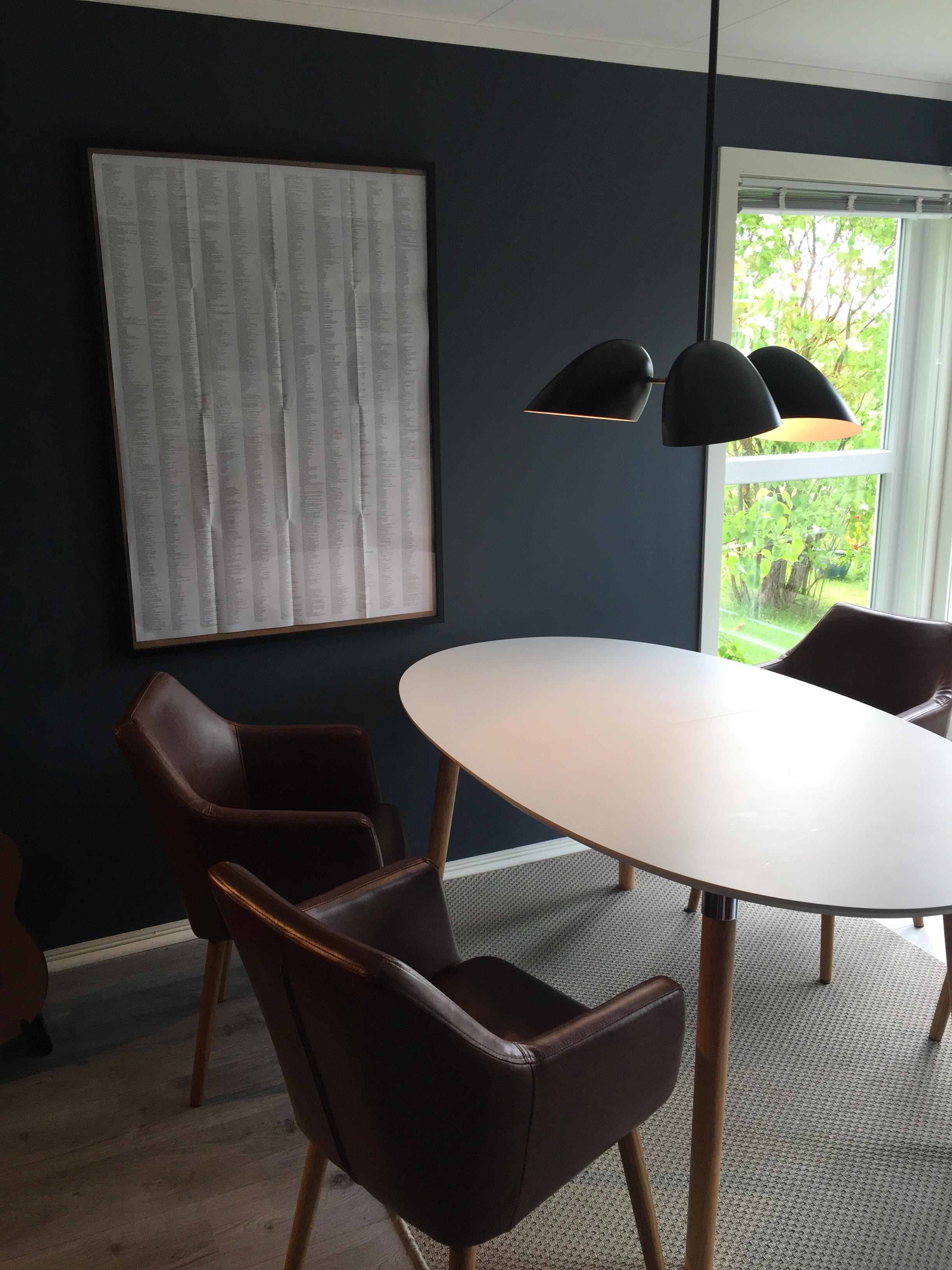 Deco blue vegger, lampe fra Frandsen Lighting, stoler fra Bohus