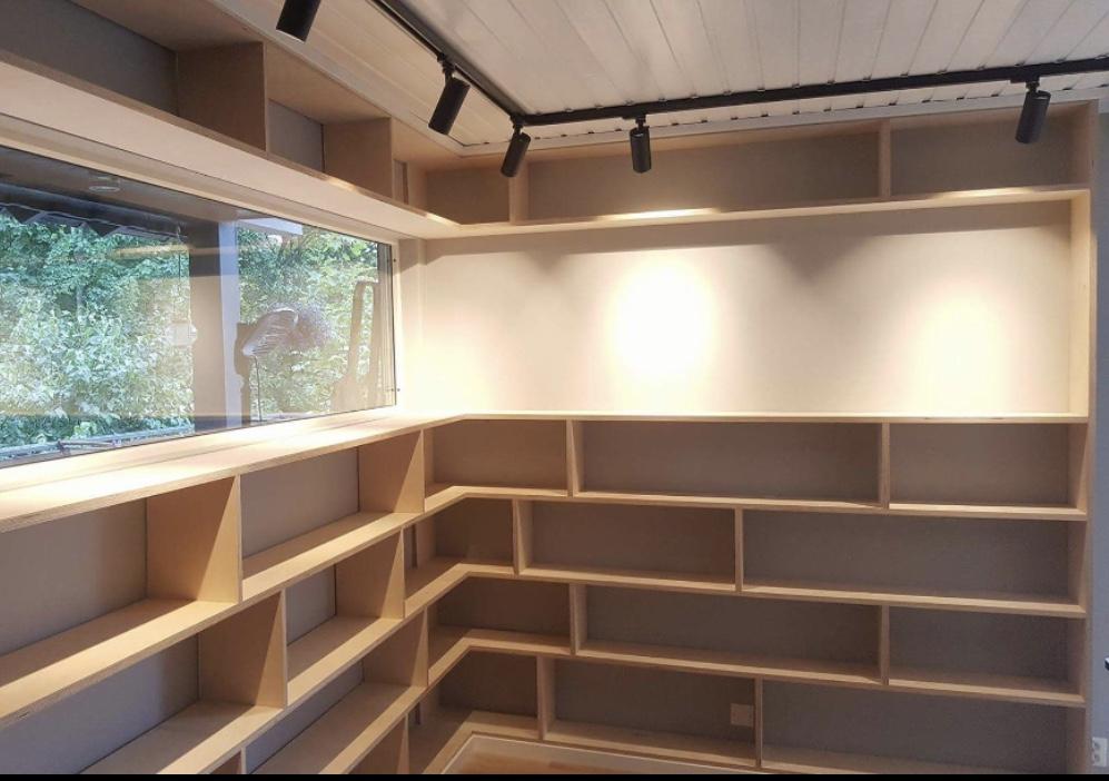 Bilde av hylle stue Gyrid Mangersnes1.jpg