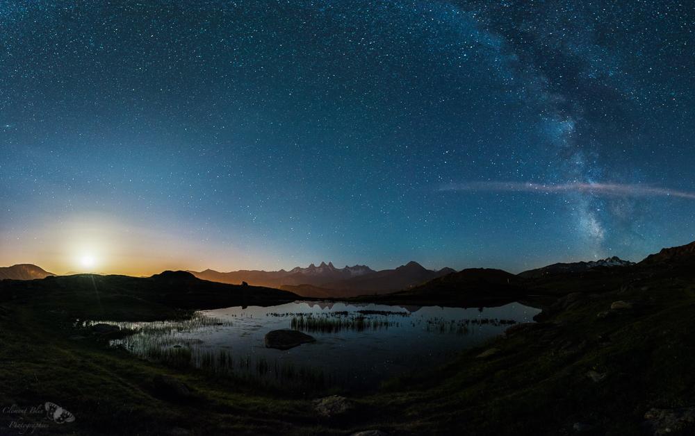 J'étais monté près du lac Guichard pour y photographier la voie lactée. La lune est apparue pendant que je réalisais les premières photos de mon panoramique.
