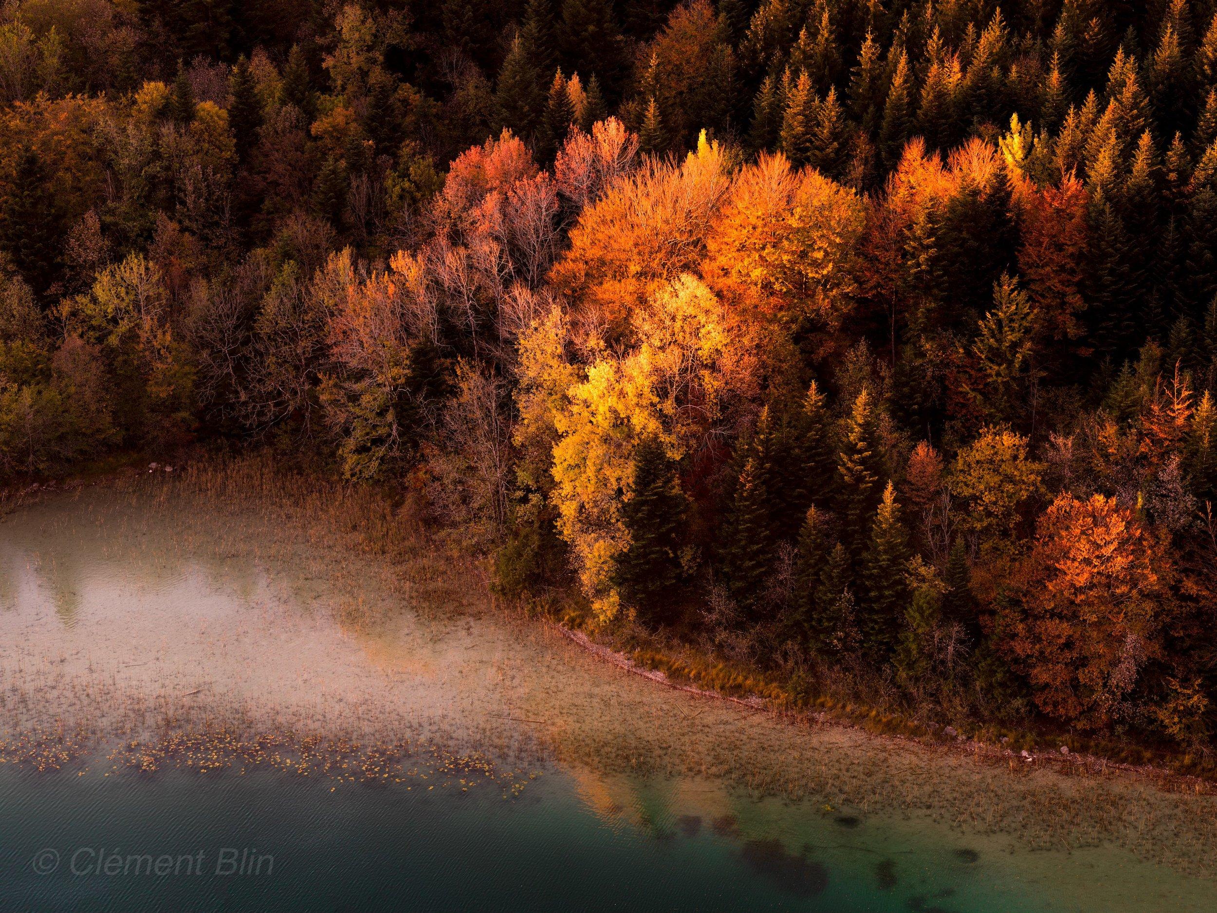 Feuillage d'automne et lumière du soir sur le grand Maclu depuis le belvédère des 4 lacs.