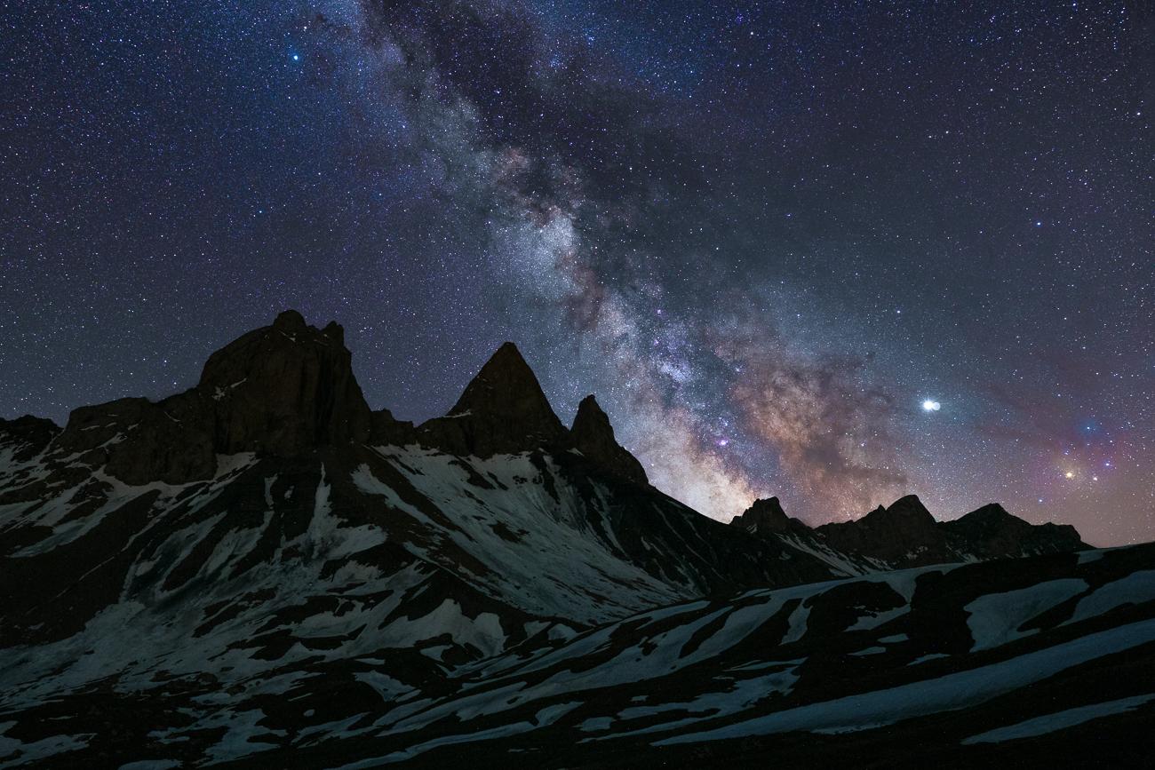 La voie lactée et les nébuleuses colorées de Rho Ophiuchi au dessus des aiguilles d'Arves.