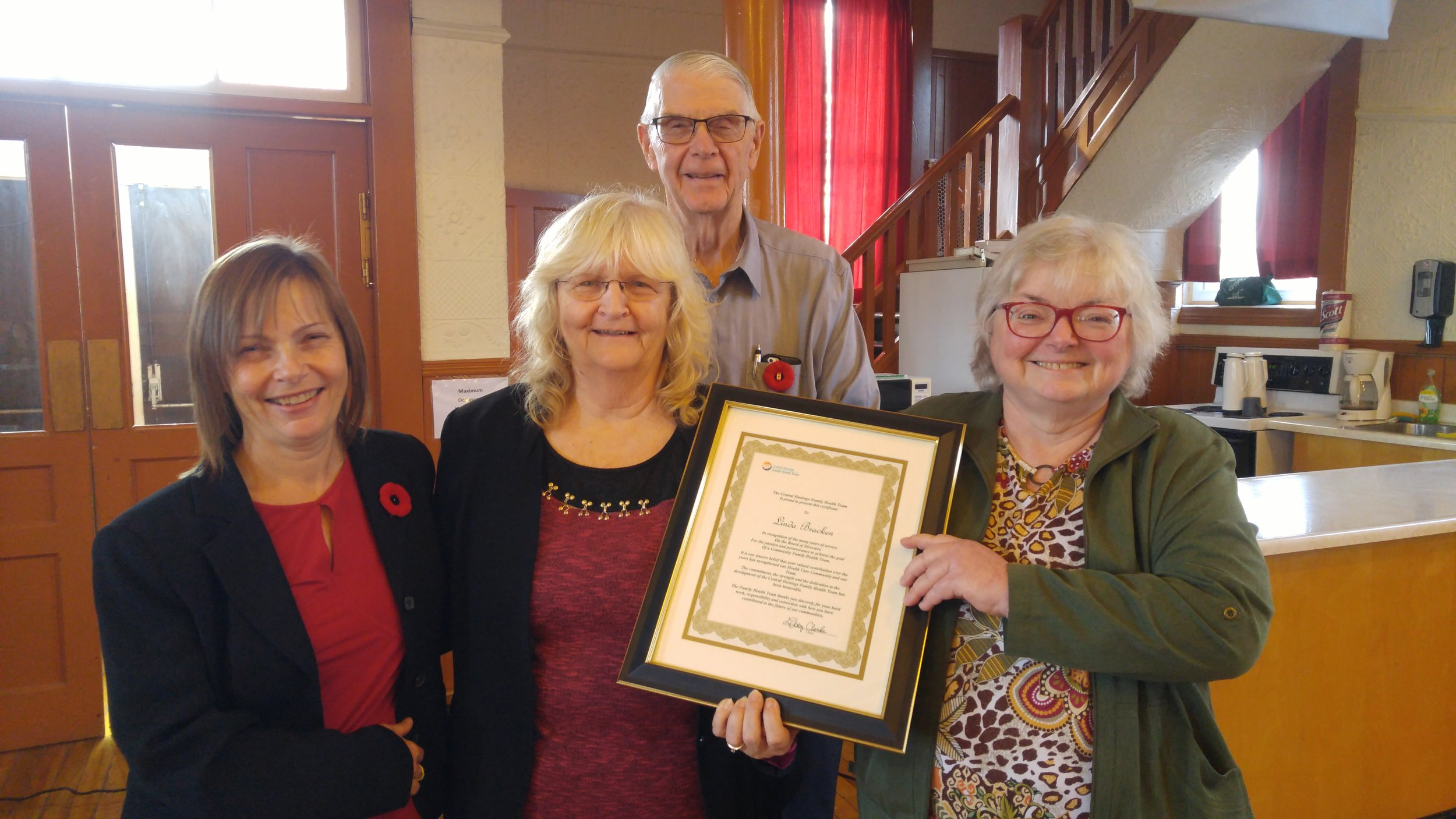 Linda receiving award.