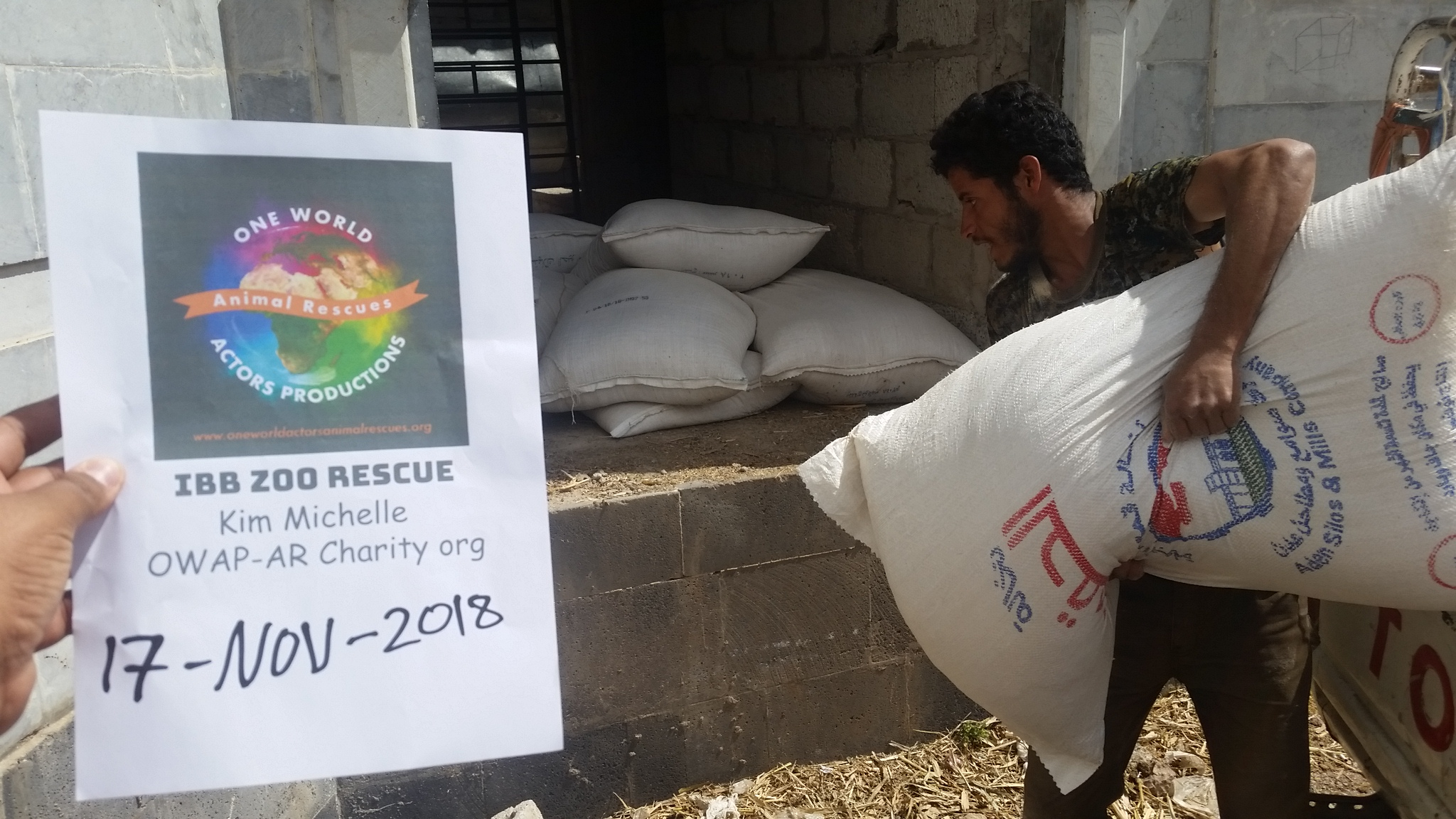 ibb zoo stocking the hangar with OWAP-AR delivery special feed by Hisham from OWAP-AR giving 17 NOV 2018.jpg