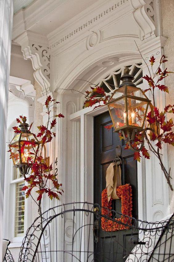 Beautiful fall door decor. Image via  forever-october