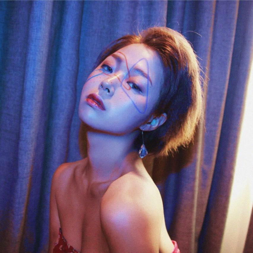 Unyeong Oh is a makeup artist and hair stylist with extensive freelance experience and a great deal of artistic flair.