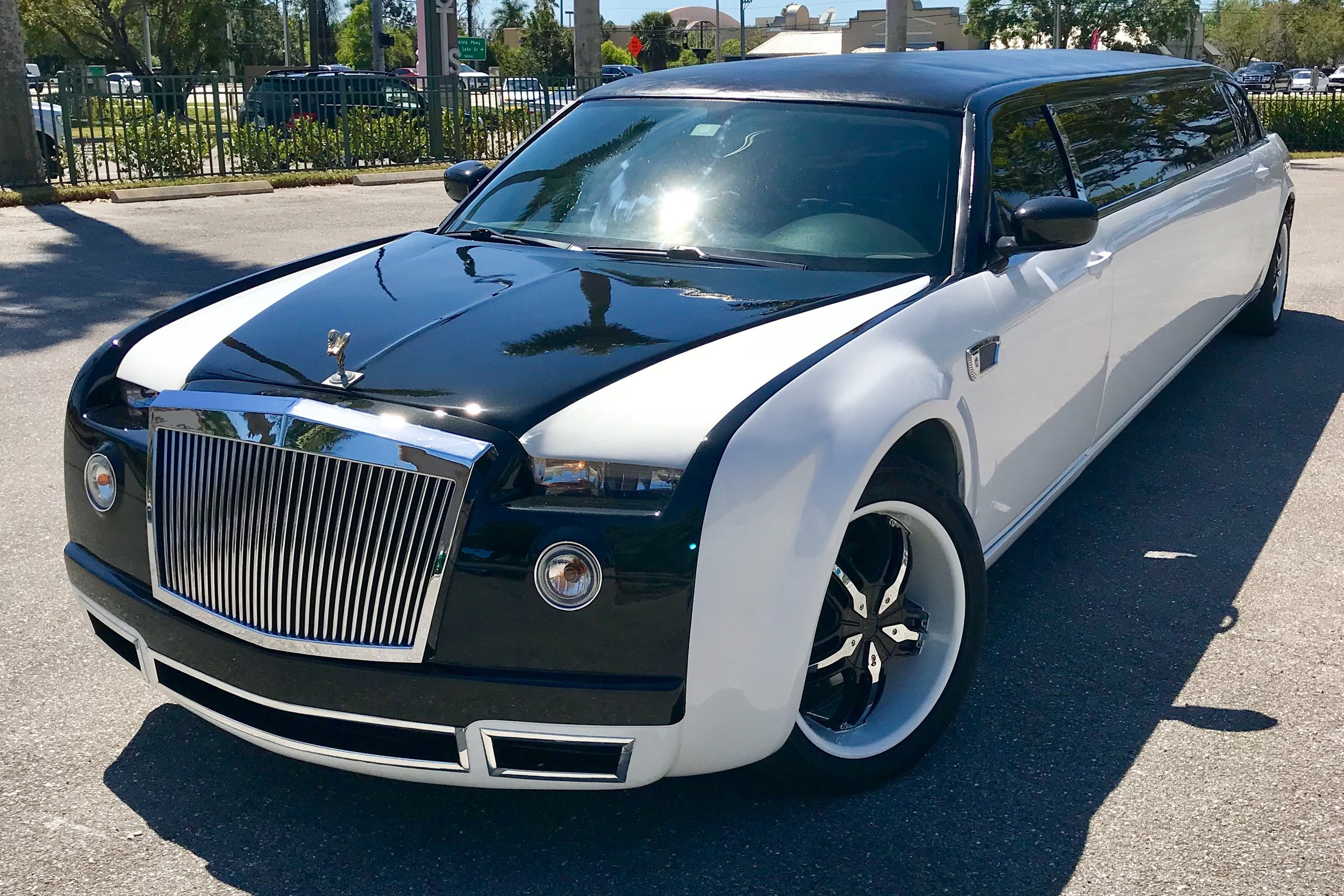 vip-limo-service-rolls-royce-phantom-300-exterior-03.jpg