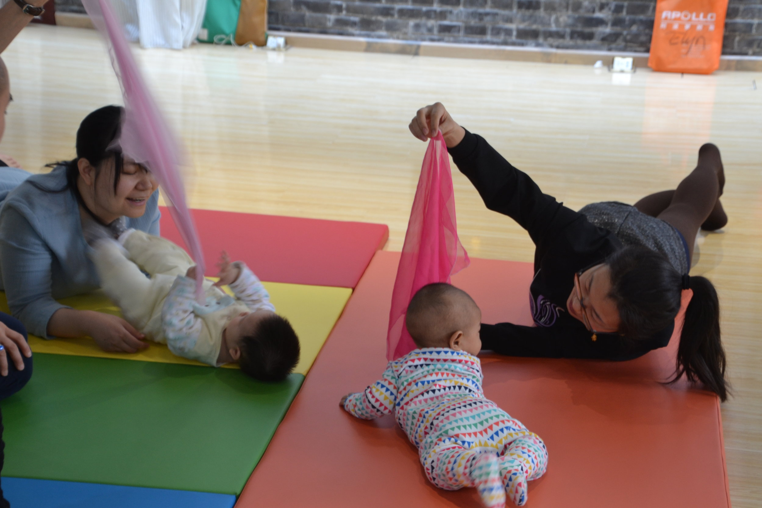 rolling baby_Mom baby belly scarf 3.JPG