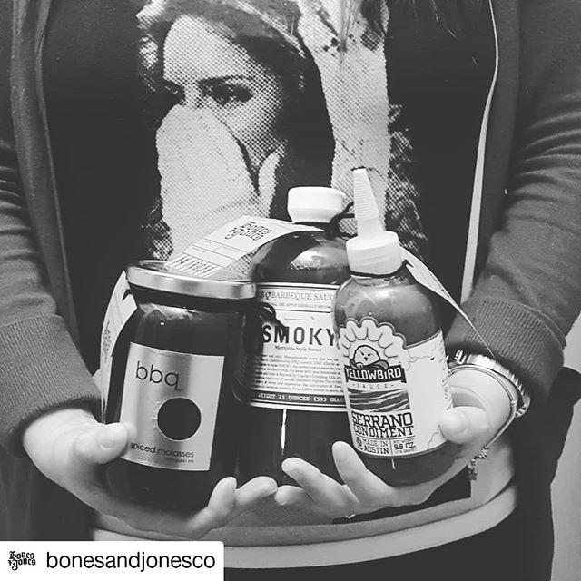 #Repost @bonesandjonesco • • • • • • ¡Cliente feliz! . #salsas #bbqsauce #bonesandjones #serranopepper #yellowbirdsauce #lilliesqchicago #delicious #missuniverso