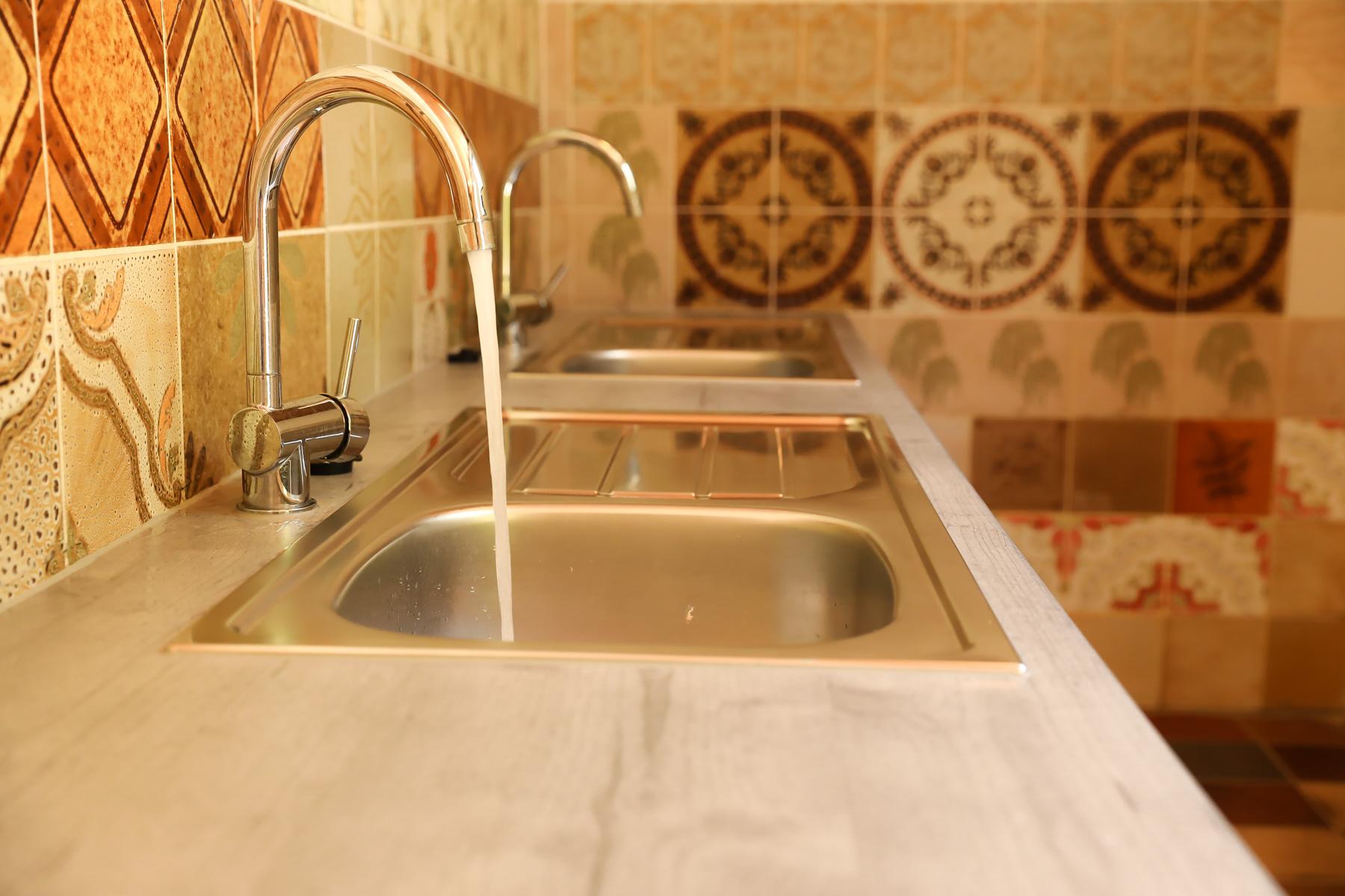 Zwei Spülbecken, Waschmaschinen und Trockner vorhanden