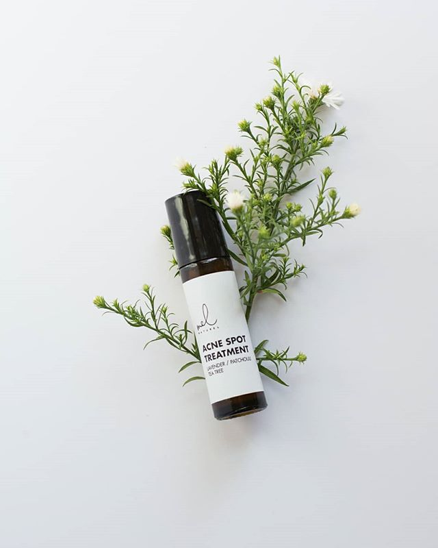 Unlike most acne products, our Acne Spot Treatment is made with natural ingredients. Roll on lavendar, patchouli & tea tree oil to achieve a glowing, blemish-free face naturally 🌿