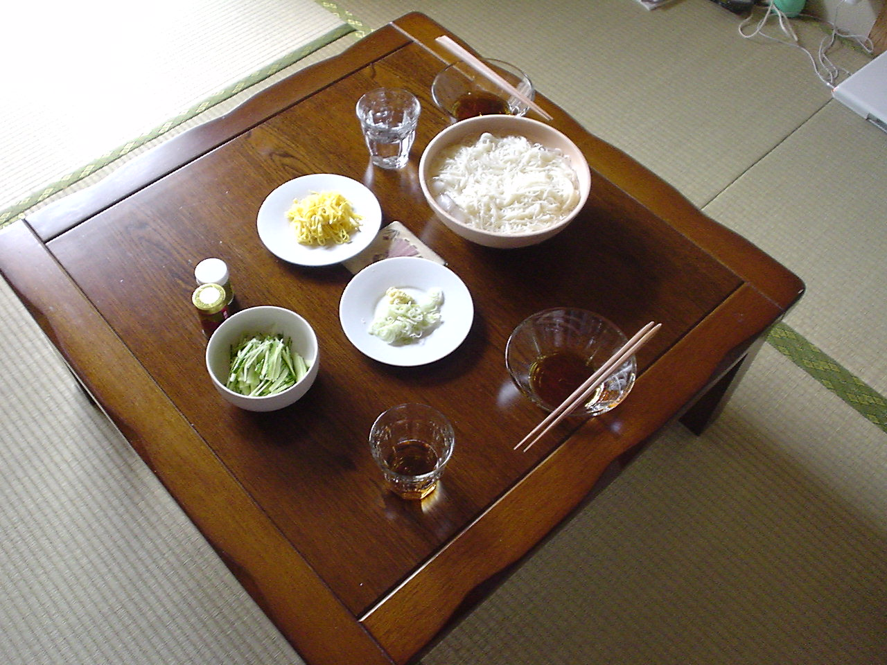 Sōmen (in large white bowl at upper-right) with assorted toppings. (Photo: Shiba Inu / Flickr / Creative Commons )