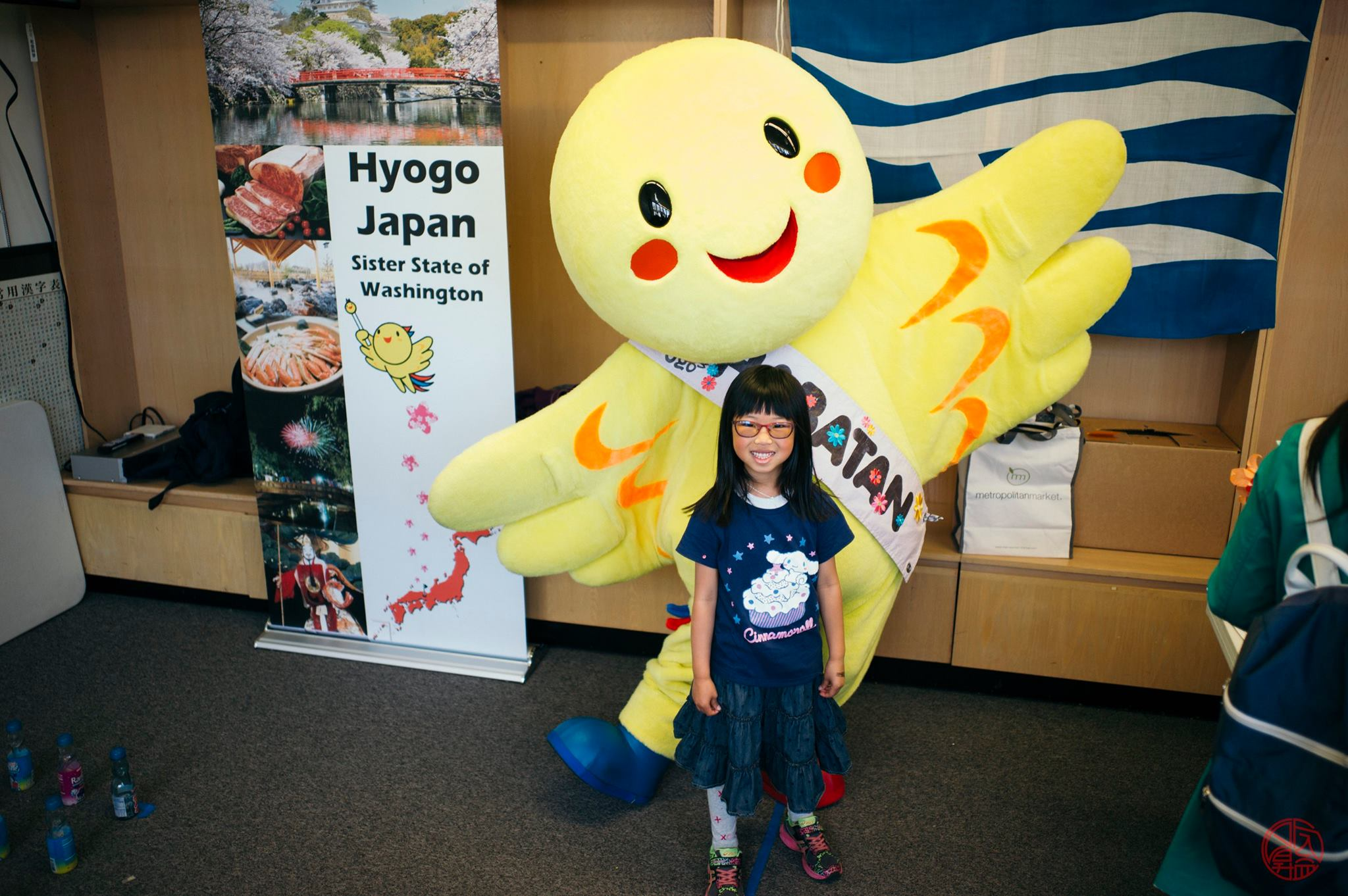 The mascot from the Hyogo Business & Culture Center is always a popular hit with children.