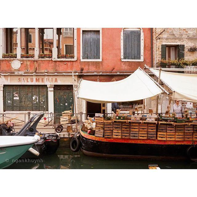 My favorite color palette ❤️ #venice #autumn #italy #venice🇮🇹 #boat #culture #locals #dailylife #italian @beautifuldestinations @passionpassport @culturetrip #beautifuldestinations #passionpassport #culturetrip
