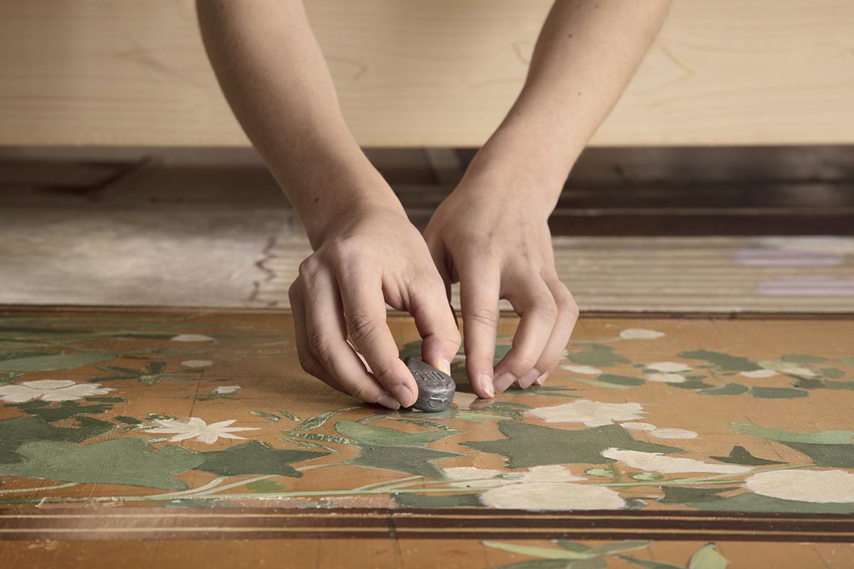 Het aanbrengen van een gewichtje zorgt dat de verf in vlakke positie droogt - Foto Gerrit Schreurs