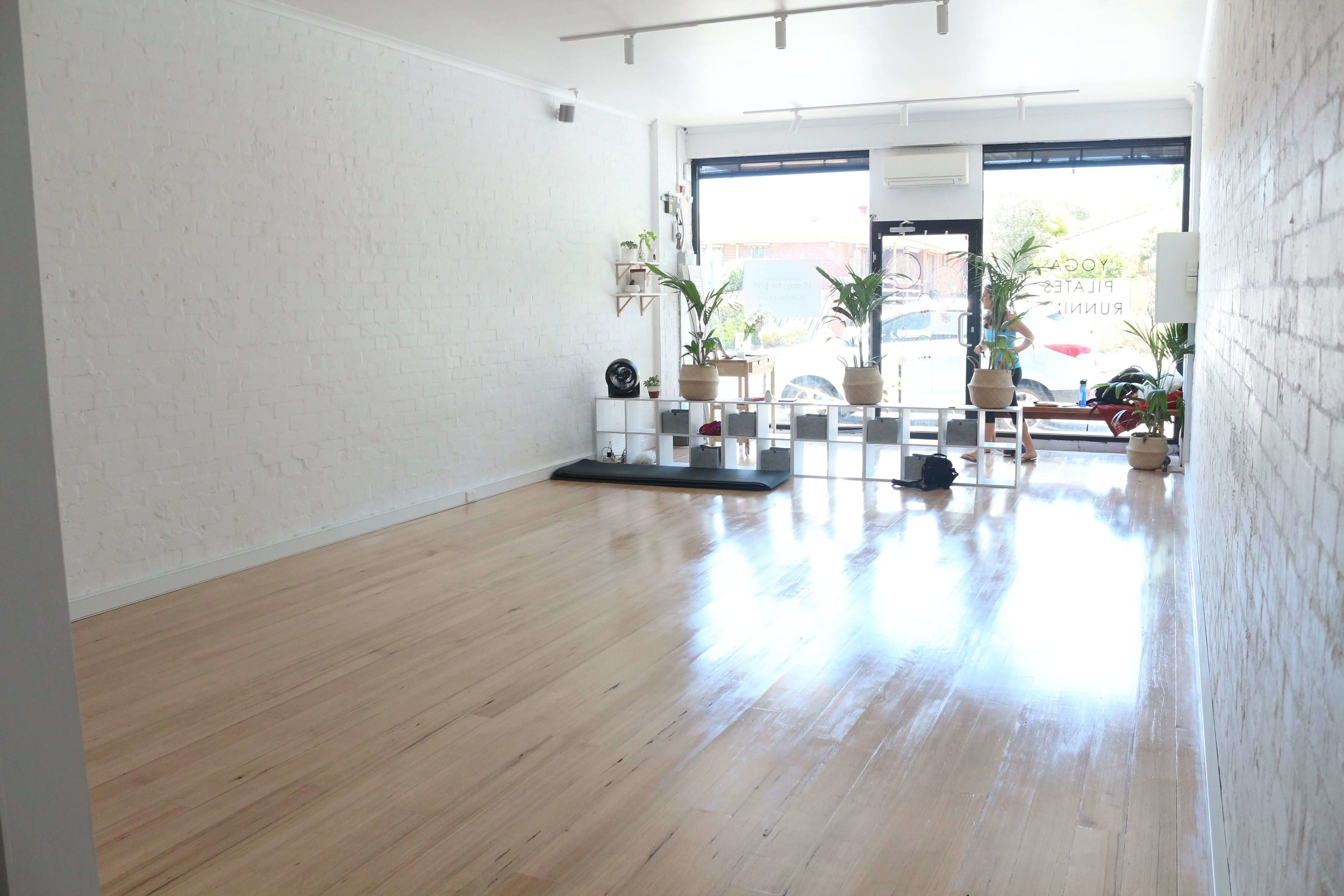 A bright, light filled studio. - AND WE'RE JUST A STONE'S THROW AWAY FROM MITCHAM.