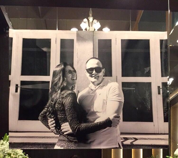 Quadro com 1 metro de largura decorando a entrada da recepção, no casamento de Bruna e Raffaele