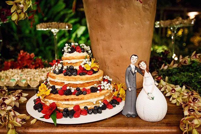 Inspiração para os noivos! E quem disse que o topo de bolo precisa ficar literalmente em cima dele? 😍  Fotografia @anahiromifoto  Topo de bolo @karina_polycarpo_arts  Mais fotos deste casamento em http://bit.ly/luliale