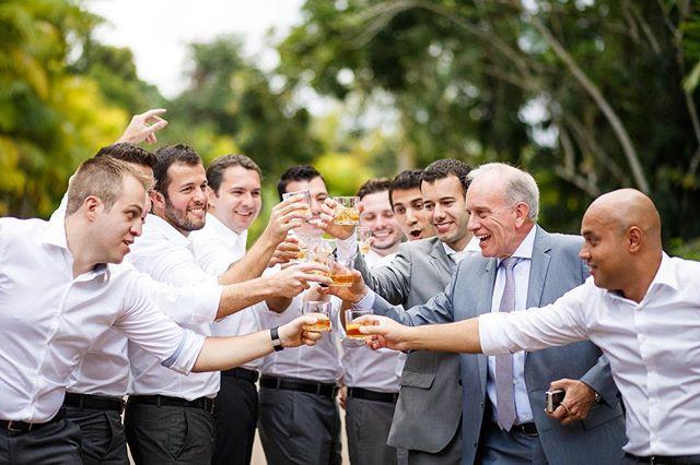 Muitos noivos preferem não registrar o making of, mas garantimos que ele pode ser leve, tranquilo e ao mesmo tempo pode ser bastante alegre e divertido se tiver os padrinhos pra acompanhar! . Veja mais fotos deste casamento em http://bit.ly/lulieale