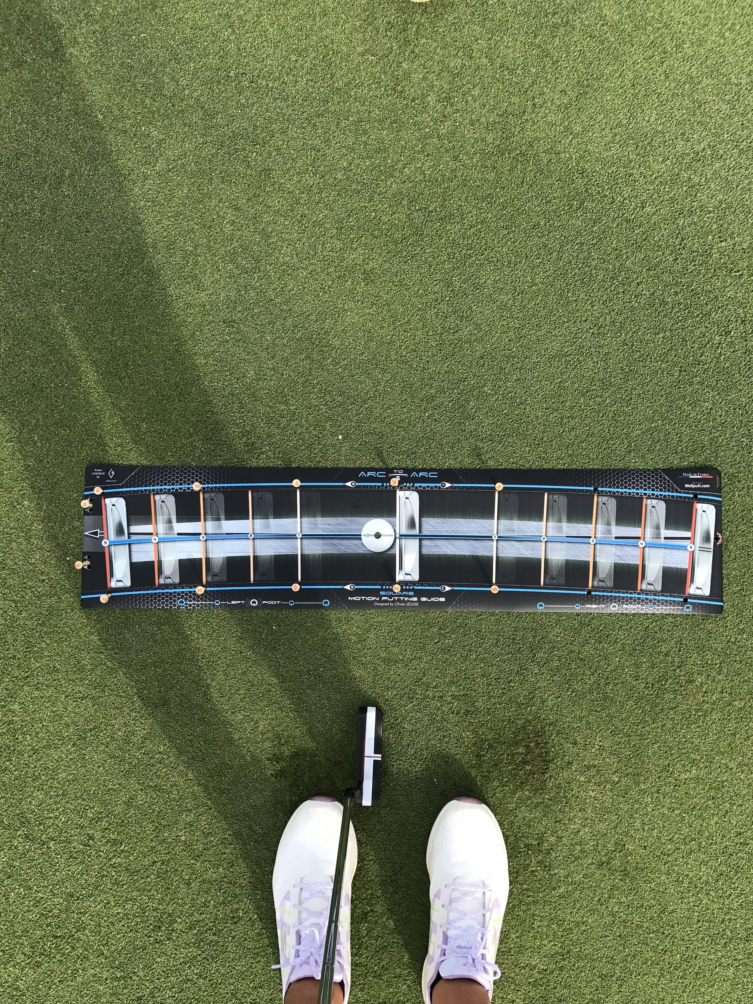 """Hay 3 tipos de WellStroke: STANDARD (6"""" in- 6"""" out),SQUARE (3"""" in- 3"""" out), and LIGHT (6"""" in- 3"""" out). Cada modelo tienes un arco distinto para que haya variedad a la hora de elegir dependiendo de vuestro swing de putt. Ya que el stance y la distance de la bola te de la cantidad de arco necesario.Yo uso el SQUARE."""