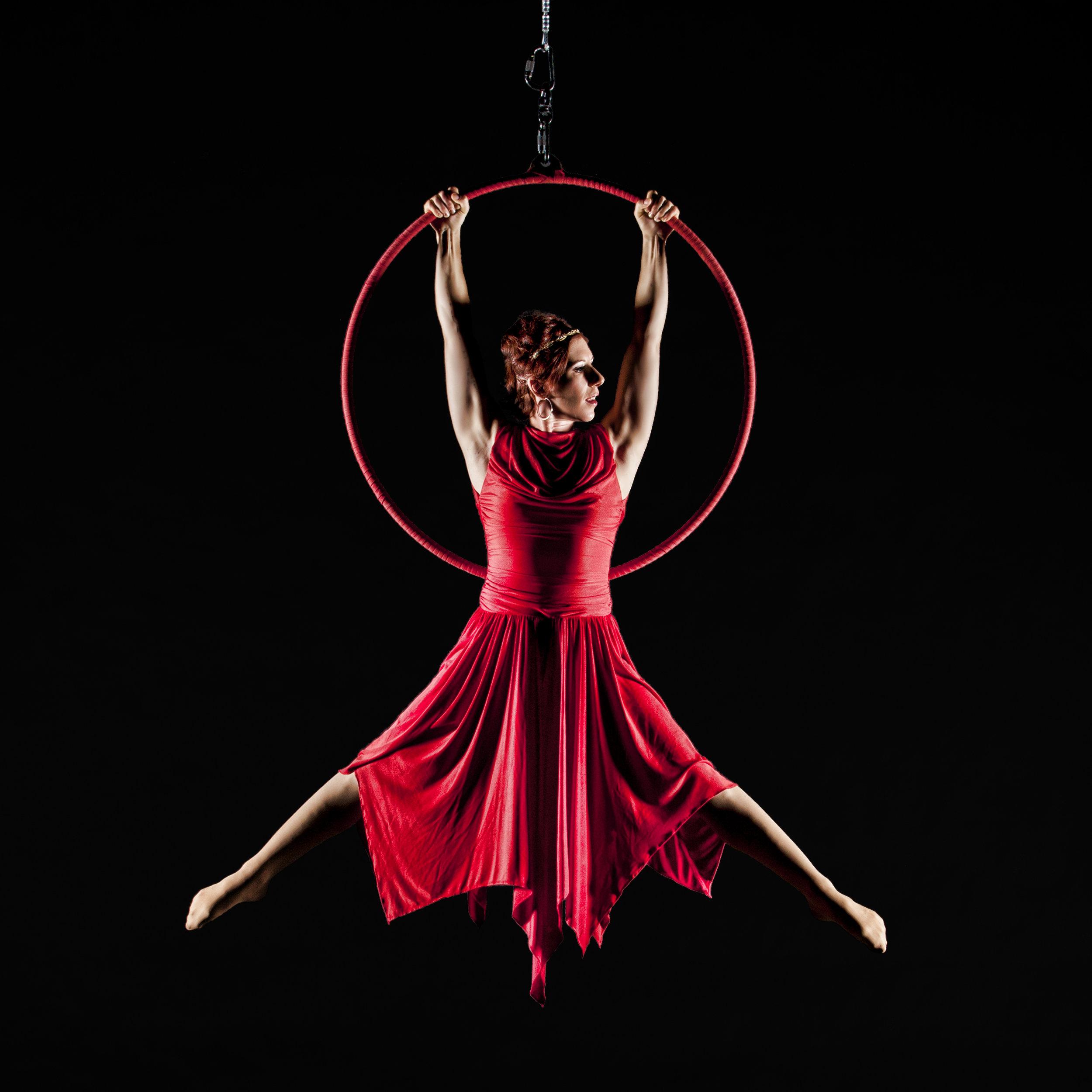 Cirque-de-la-Symphonie_Aloysia-Gavre-Aerial-Hoop-8.jpg