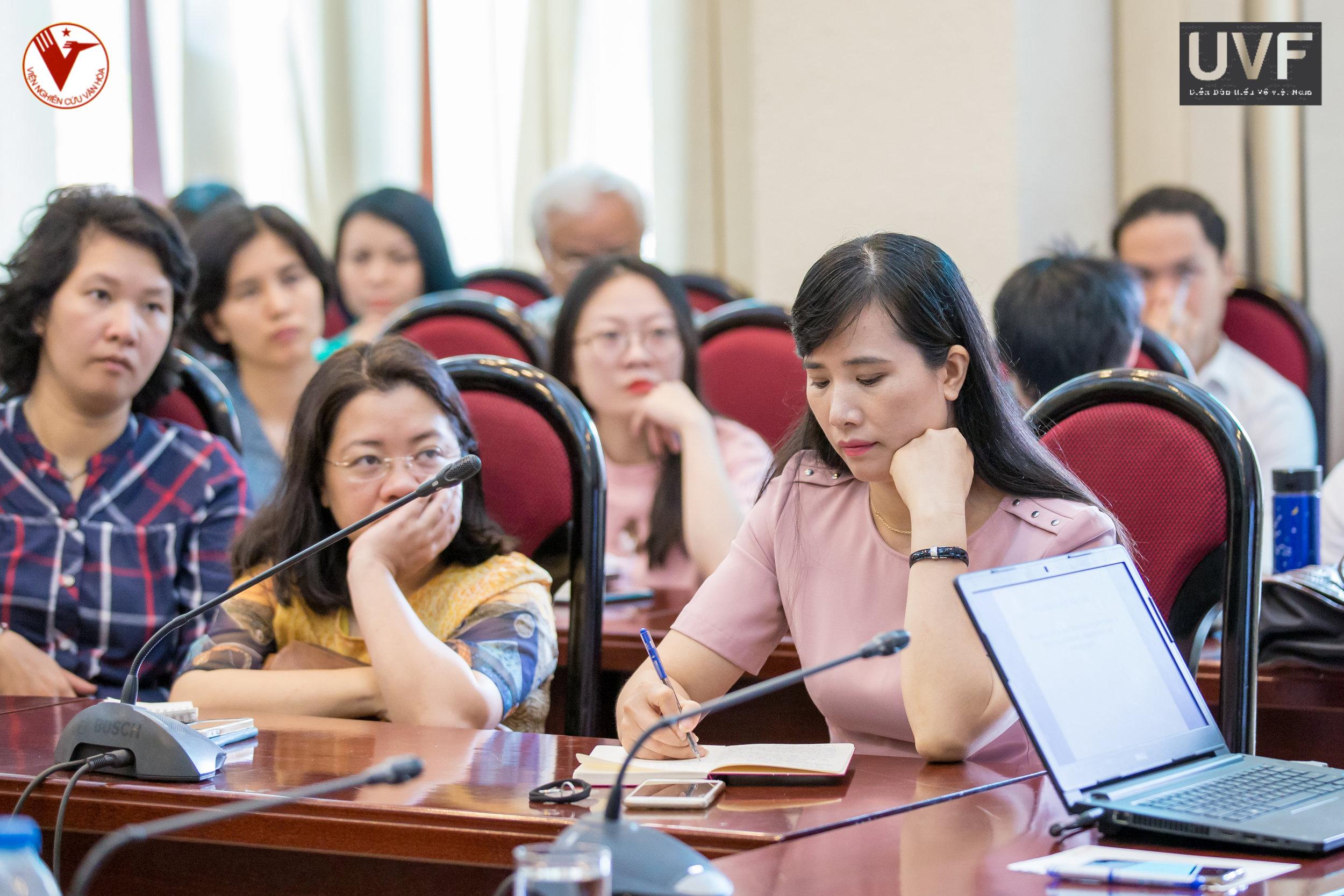 PGS. TS. Nguyễn thị phương châm, viện trưởng viện nghiên cứu văn hoá (ics) và bà lương minh ngọc, viện trưởng viện nghiên cứu xã hội, kinh tế và môi trường (isee) cũng có mặt tại toạ đàm.