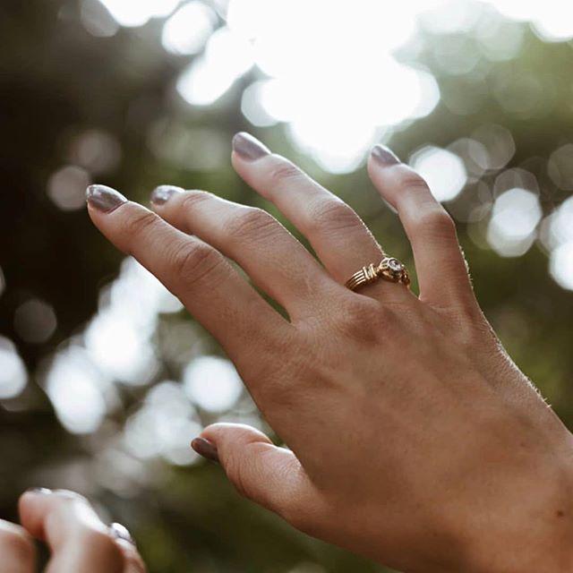 Hace un par de semanas la maravillosa @andraduca_ hizo una sesión de fotos para @beeljewels y para Tasando Joyas. Lanzamos en una semana una colección chevalier que nos trae locos. Pronto veréis el resultado 🍀➰ Fotografía: @andraduca_  Modelo: @anndrea_parnasso  #shooting #shoot #shootingstars #joyas #joyaspersonalizadas #joyasartesanales #joyasoro #chevalier #chevallier #passion #joyas #jewels #influencer #wedding #bloggerspain #spain #blogger
