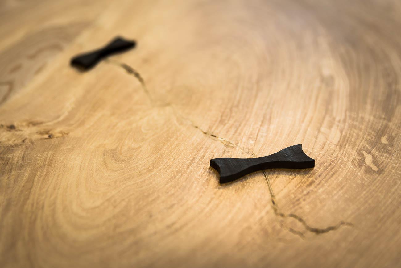 møblens karakter - Butterfly joints og revner i træet normalt er noget, man skjuler. Men på Lauras møbler giver de liv og karakter.