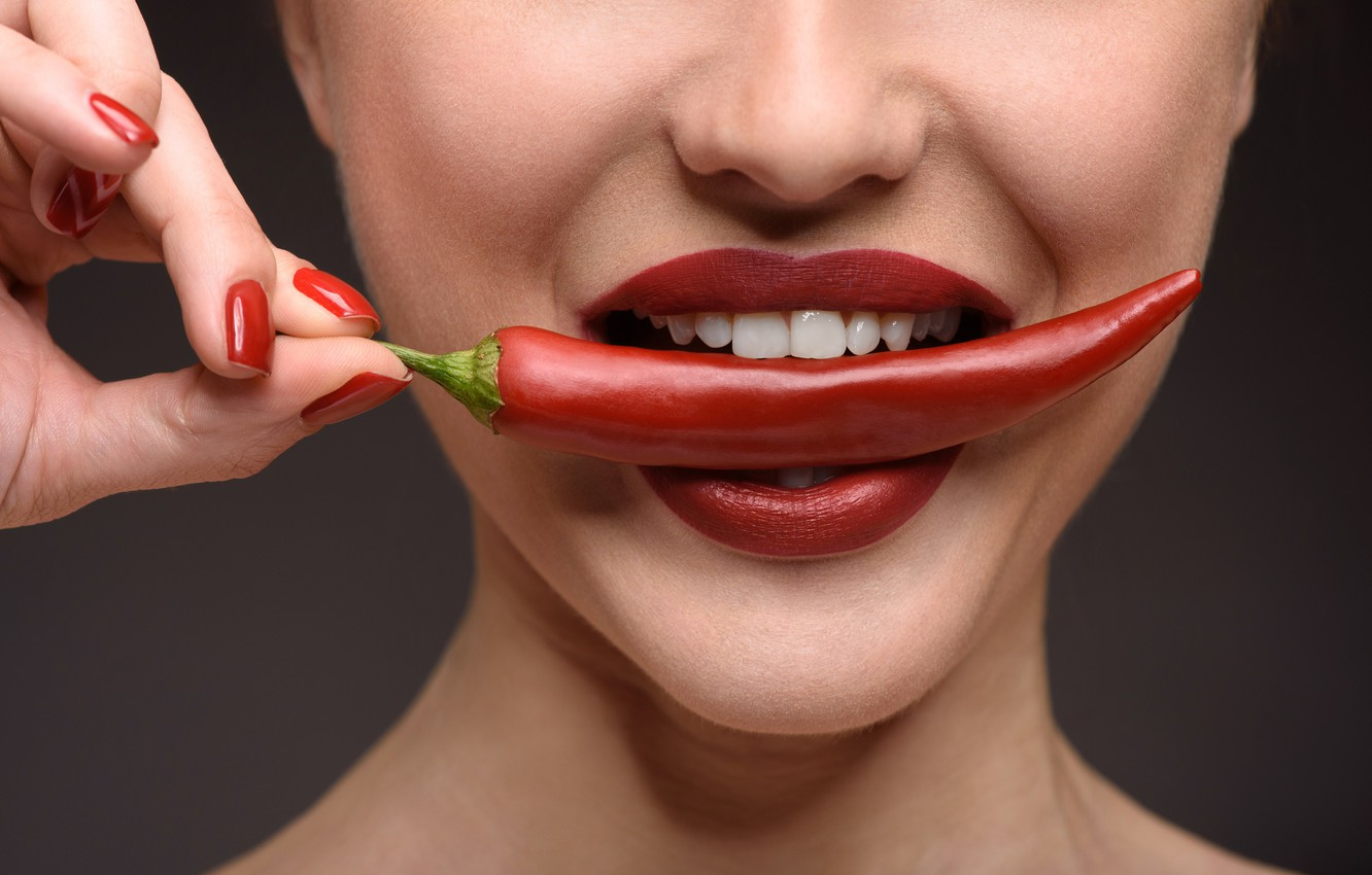 4) Using cayenne pepper or cinnamon to plump lips -