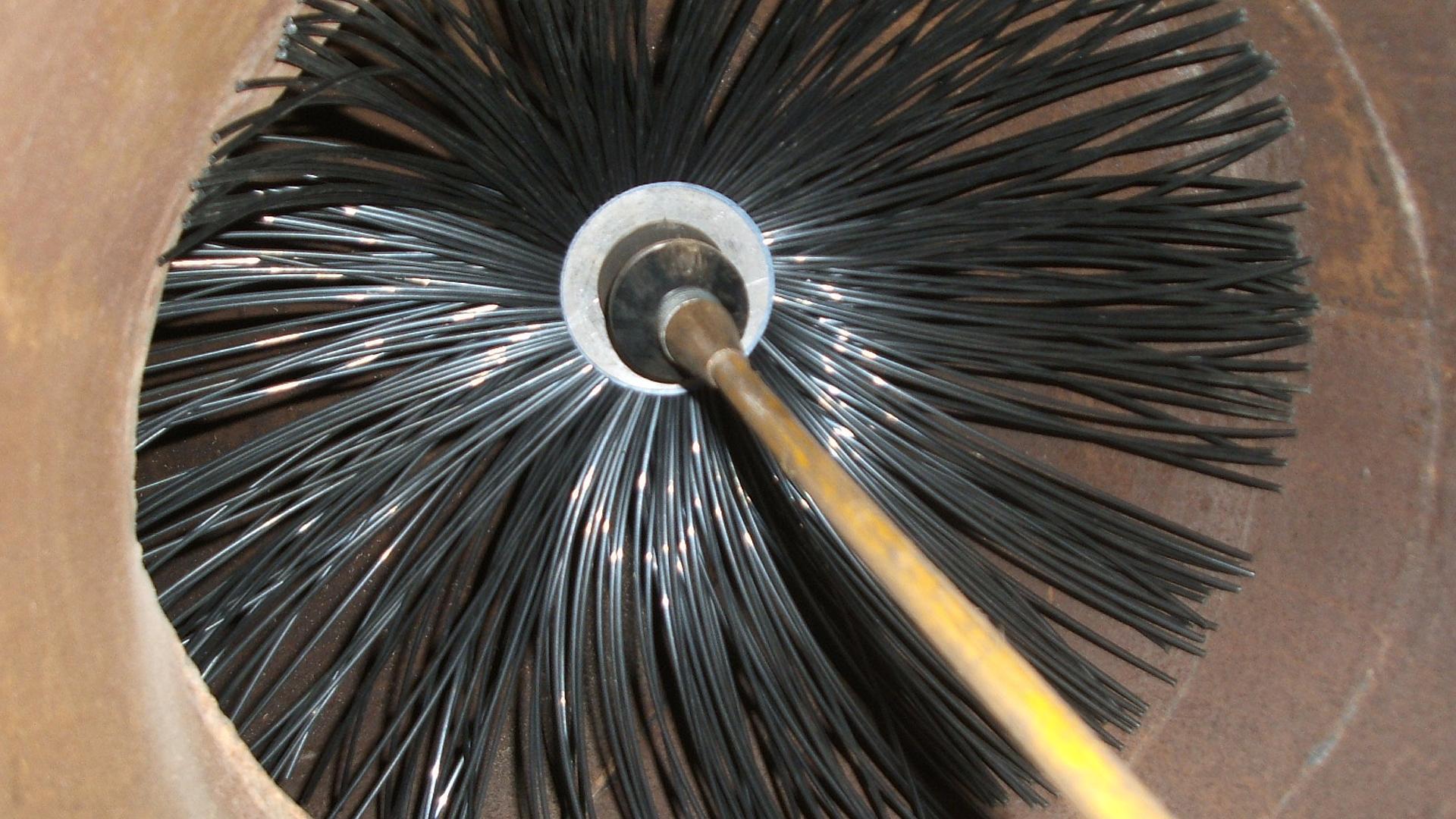 2-Proceso de Higiene - A través de los difusores o rejas de los conductos se coloca una sonda propulsora flexible que en su extremo lleva cepillos giratórios de polipropileno, duros o blandos, de acuerdo al grado de adherencia de la suciedad. La misma es removida y el polvo es aspirado hacia una bolsa colectora filtrada, evitando que la suciedad llegue al ambiente. La higiene puede llevarse a cabo en conductos redondos, cuadrados, rectangulares, verticales y horizontales, a partir de los 5 cm de diámetro.