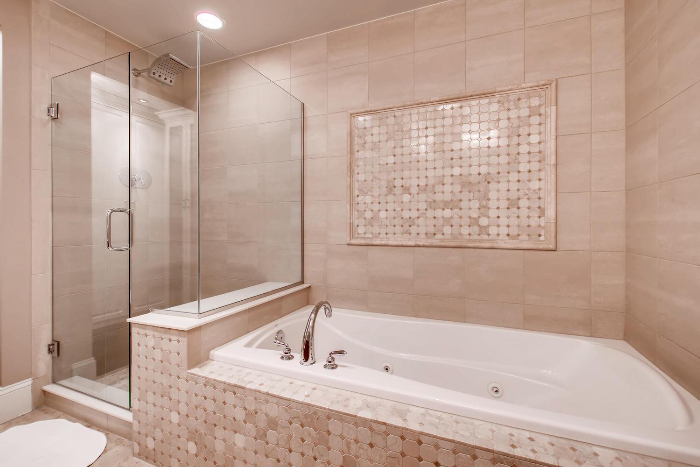 2001 Lincoln St 1413 Denver CO-large-019-025-Master Bathroom-1500x1000-72dpi.jpg