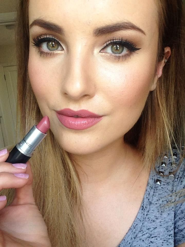 FWSBEAUTYCHALLENGE-Inspiration-July-Week-1-My-Go-To-Lip-Color-Selfie.jpg