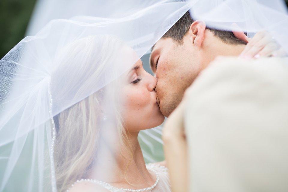 Bluegrass Chic - Stealing a wedding bliss moment