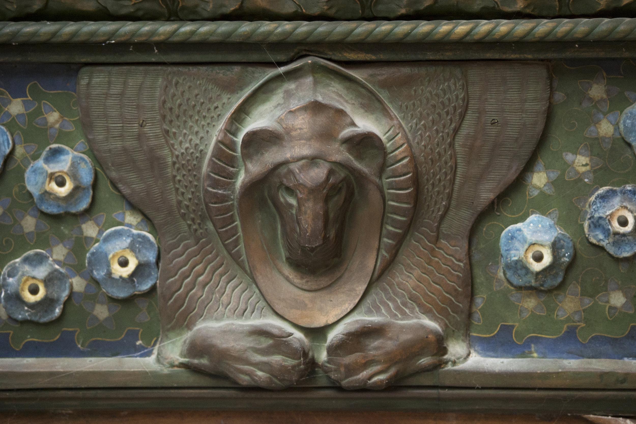 Décor cloisonné et lion en cuivre, réalisé par Clement Heaton