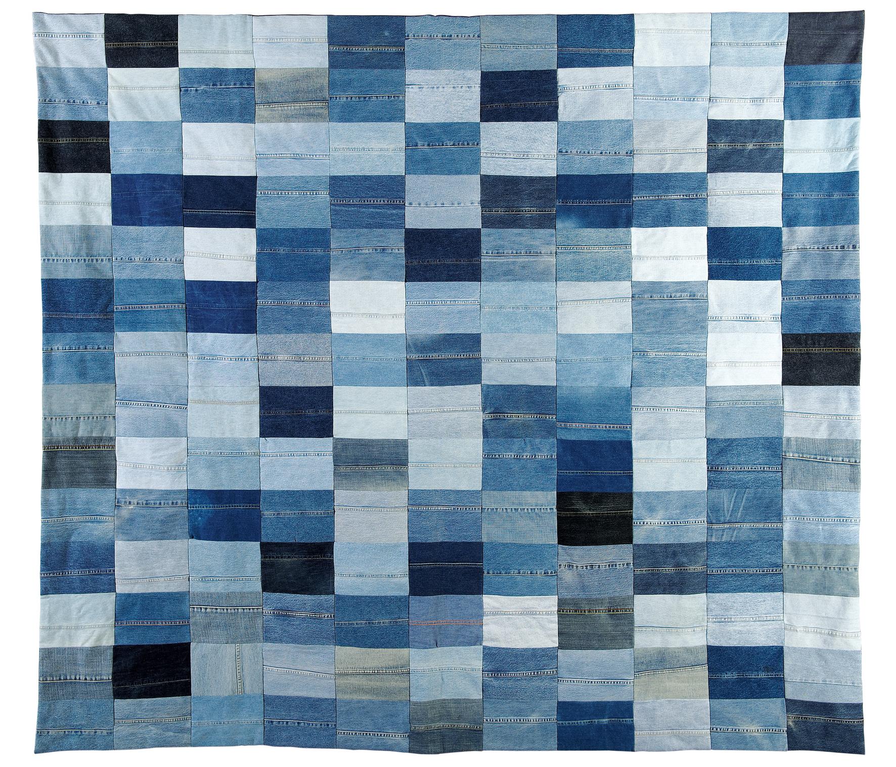"""Patchwork """"Strauss bleu"""", réalisé par le collectif Six Patch, lauréat du prix ARTHIS en 2010.  Son intérêt consiste dans le fait qu'il s'agit d'un textile très particulier, emblématique dès le milieu du 19ème siècle et toujours hyper-contemporain, et qui en l'occurrence revient au mur après un passage en qualité de vêtement. 170 paires de jeans ont été nécessaires à la réalisation de cette oeuvre."""