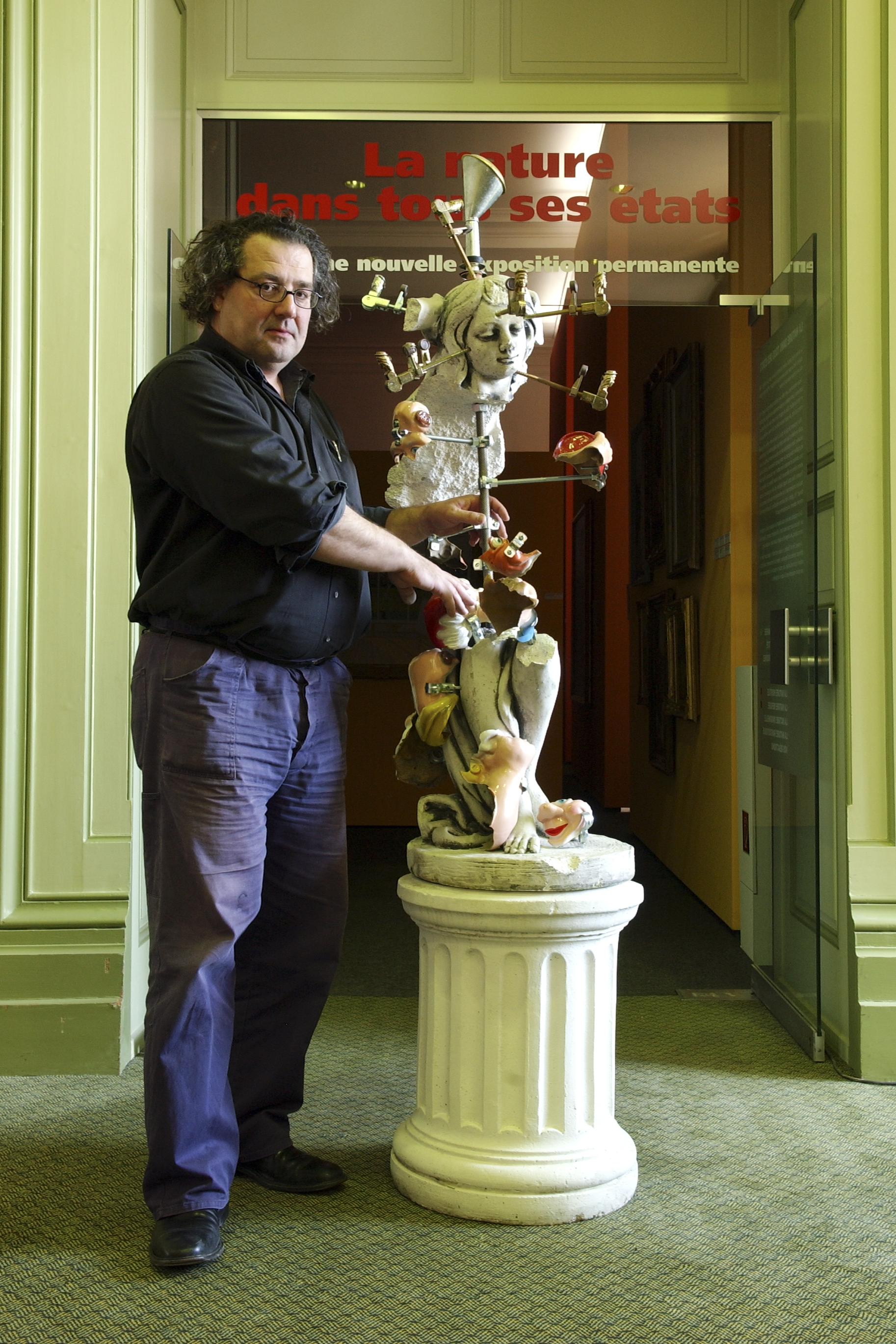 L'artiste Pavel Schmidt devant son oeuvre nouvellement reconstituée à partir de fragments de sculptures classiques