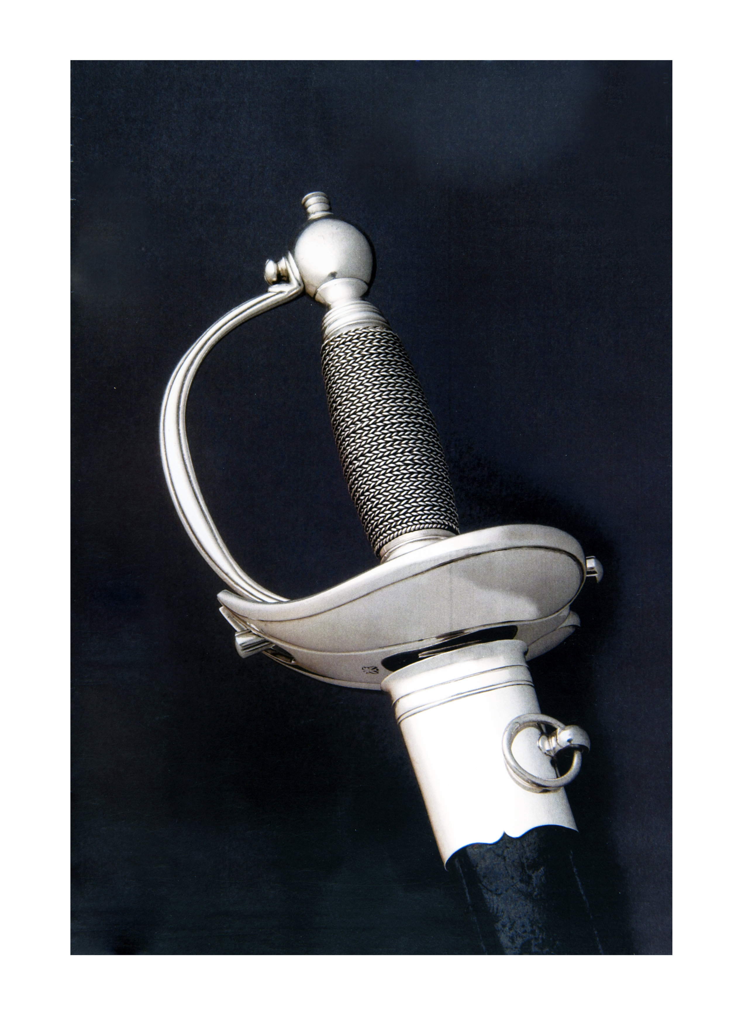 Epée d'apparat Charles-Guillaume Bonvêpre : 18ème siècle, garde et lame en argent, décor chaînette, fourreau en cuir noir à garniture d'argent (longueur : 88 cm)
