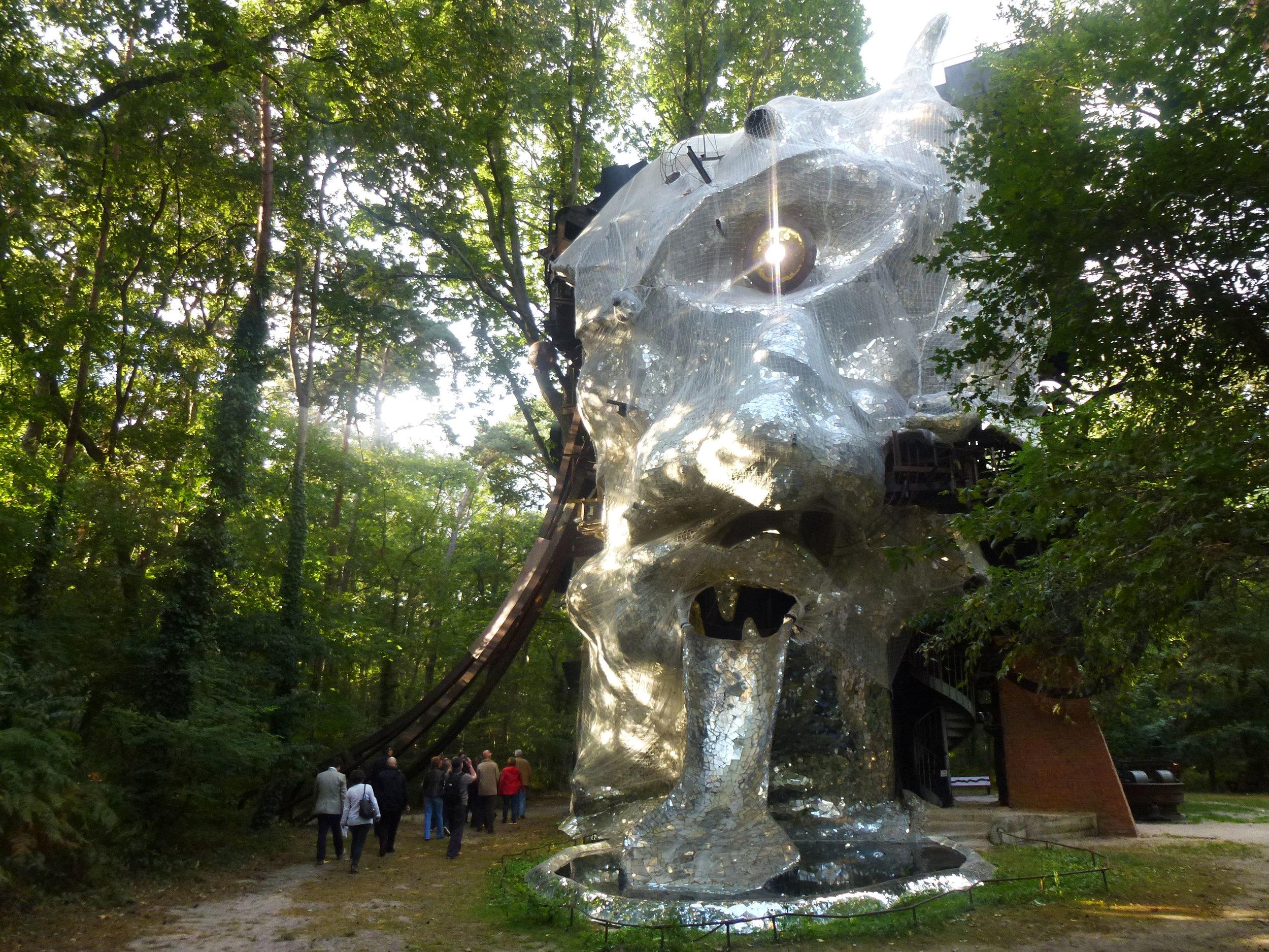 Le Cyclop, de la Bande à Tinguely, se dresse dans la forêt de Fontainebleau