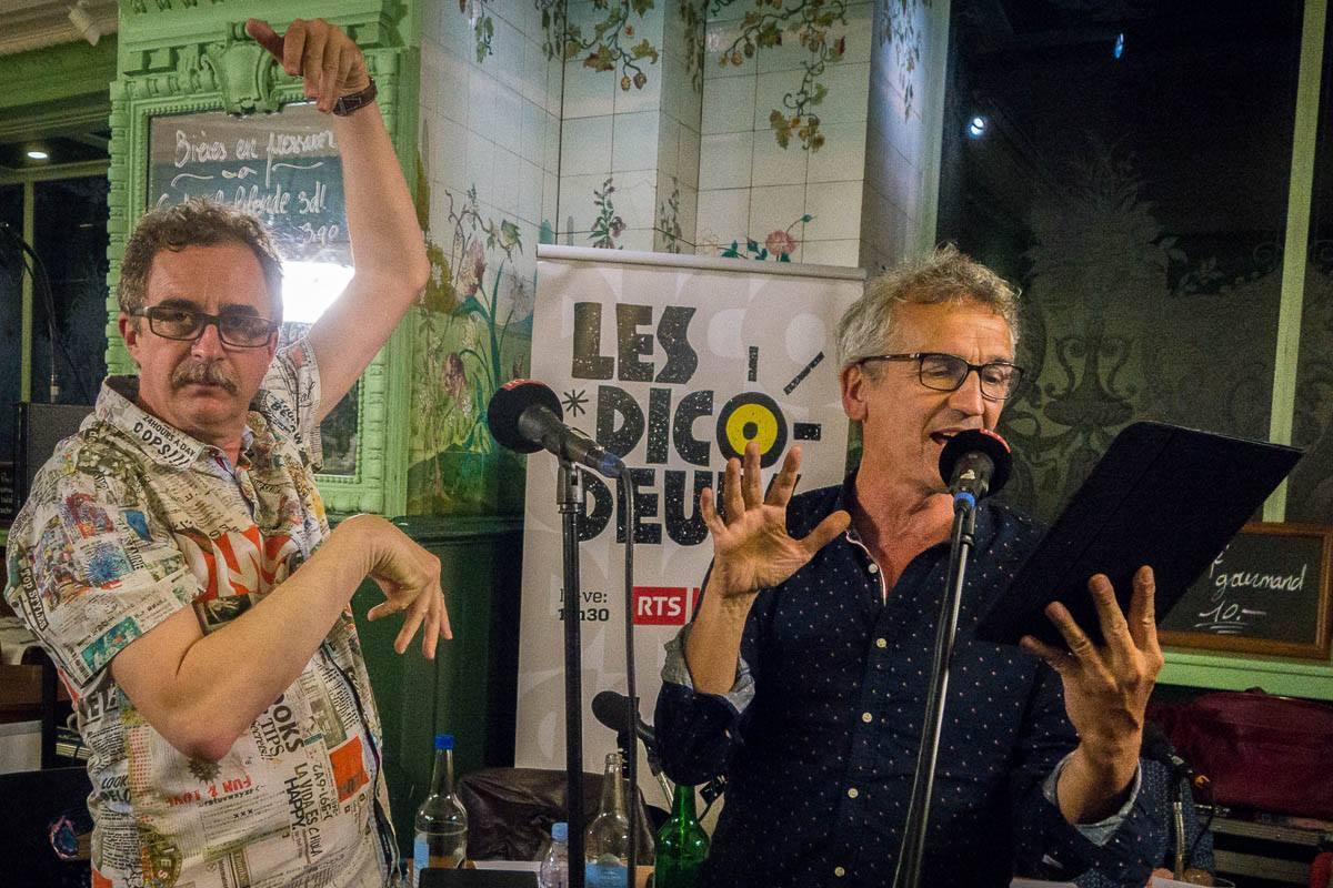 """Bruno Coppens interprétant """"Paulette, reine des paupiettes"""", en compagnie de Daniel Rausis"""