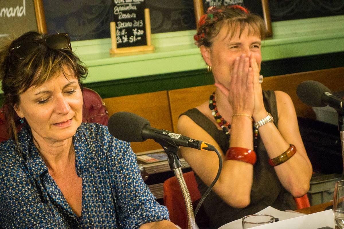 """Laurence Bisang et Julie Rieder écoutant """"Le Blues de la boîte de petits pois"""" de Frédéric Gérard"""