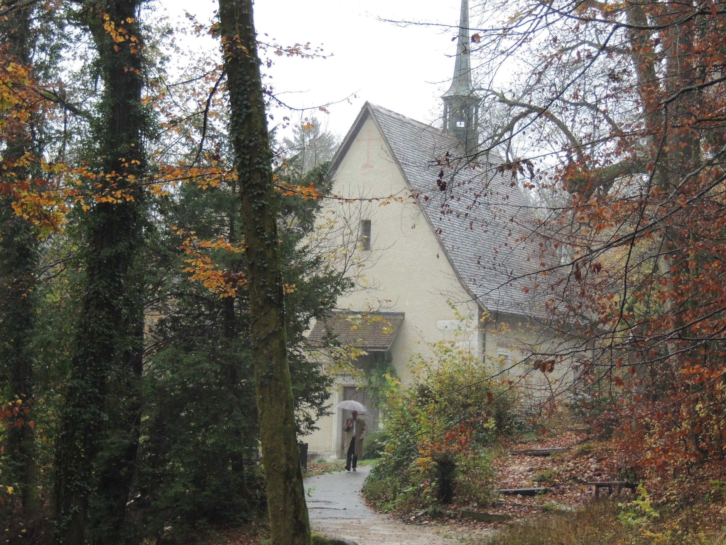 La chapelle von Roll, à Kreuzen, émergeant au détour d'un chemin
