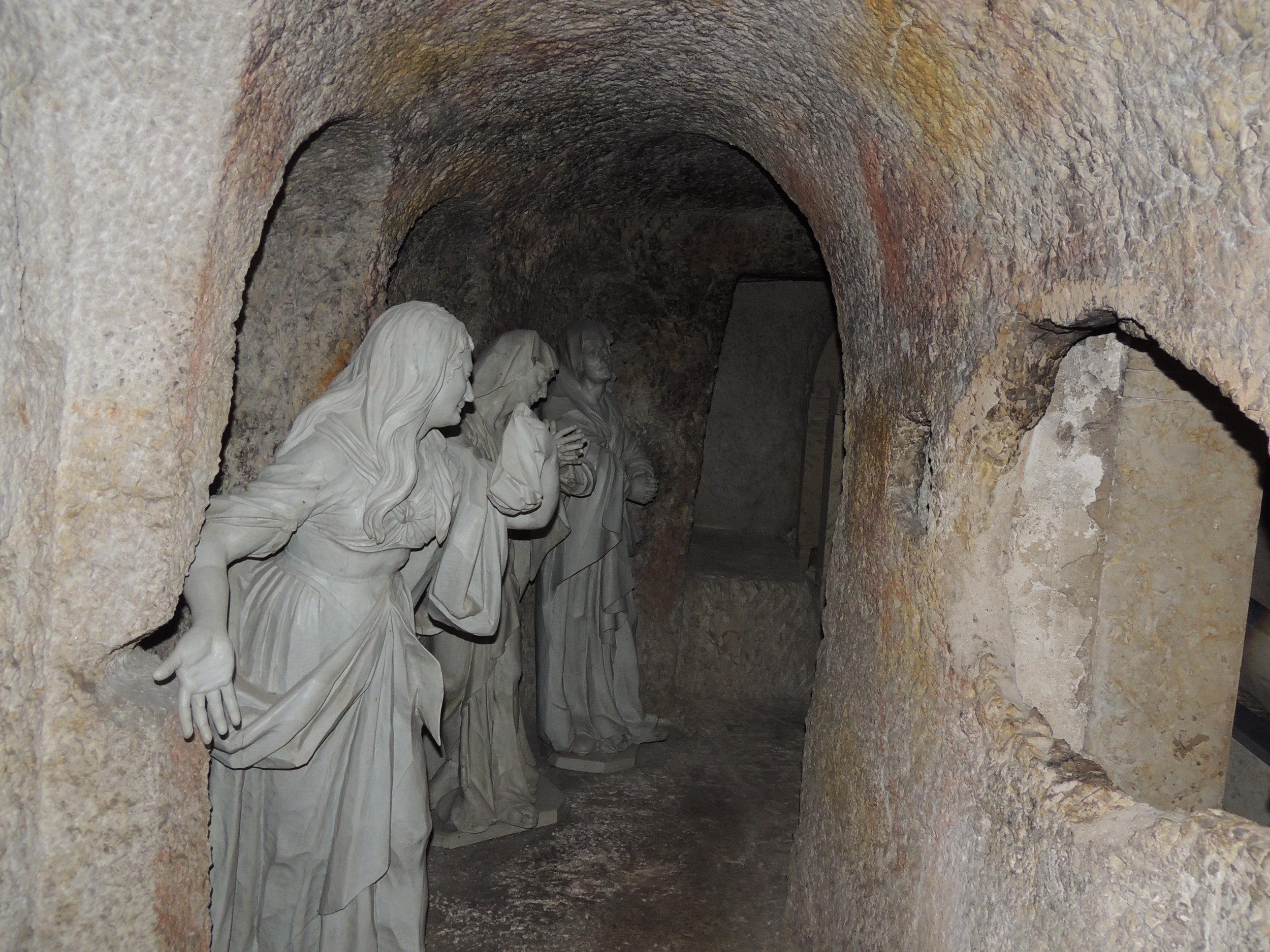 Sculptures encadrant le Saint-Sépulcre