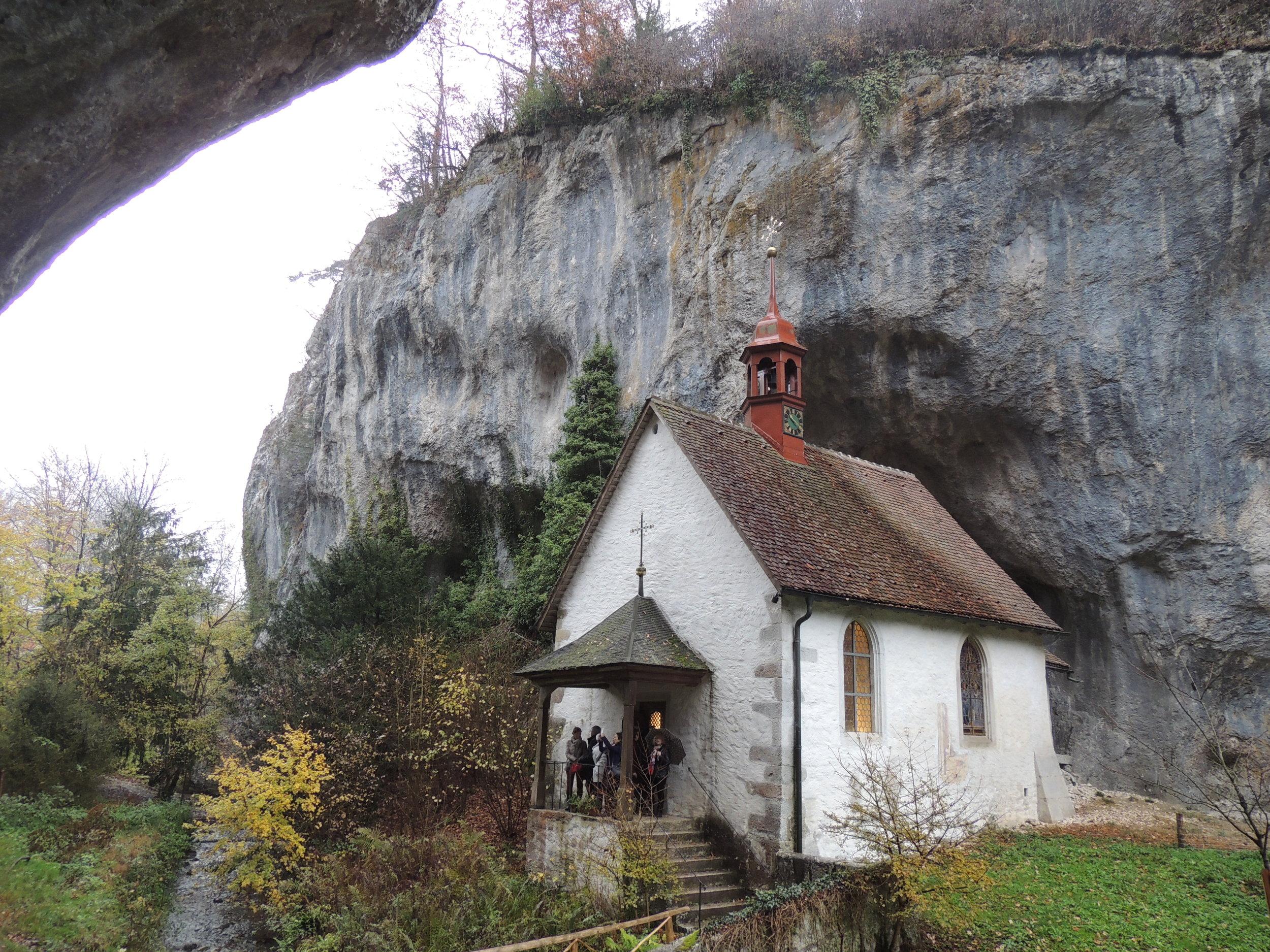 Chapelle Saint-Martin, lovée contre la falaise