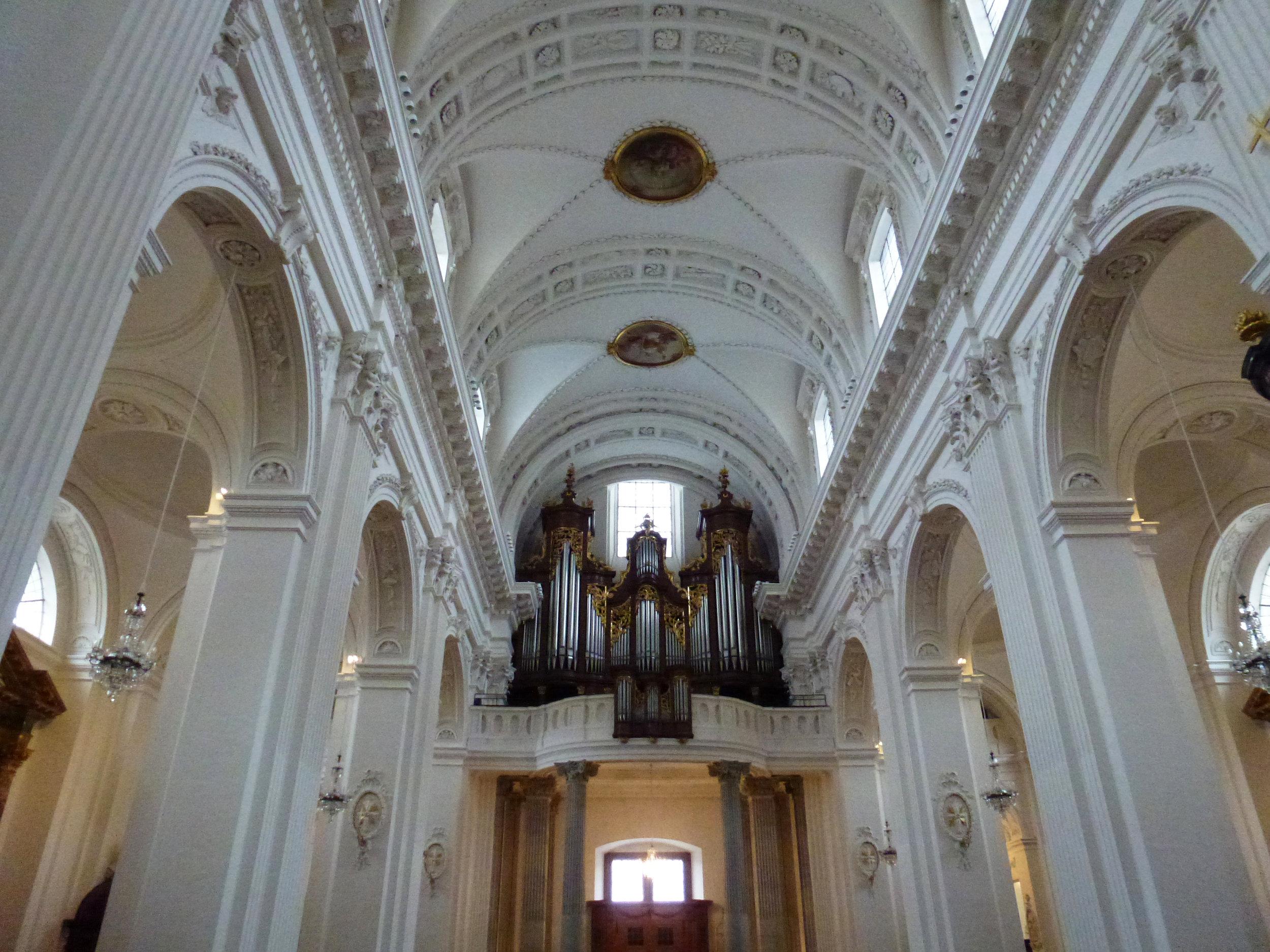Les espaces intérieurs s'élèvent avec une parfaite harmonie, dans un style particulièrement inspirant