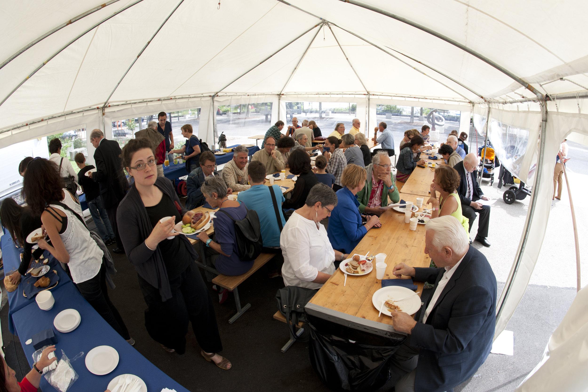 Le repas, servi sous la tente devant le MahN