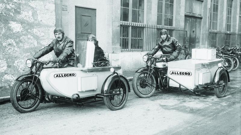 A gauche, Arnold Grandjean, le fondateur de la fabrique Allegro, vers 1930. La légende veut que ce cycliste amateur un peu fort ait baptisé sa marque en fonction des encouragements de certains à son passage: «Allez, gros !»