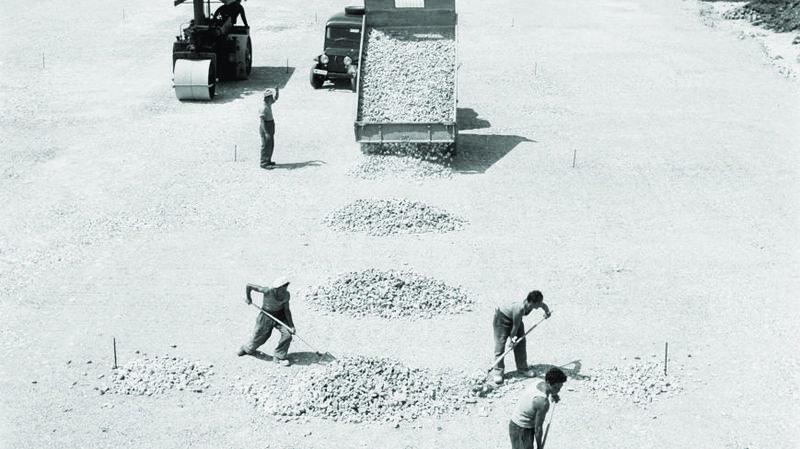 Aérodrome des Eplatures à La Chaux-de-Fonds en 1956, à partir d'un négatif au gélatino-bromure d'argent